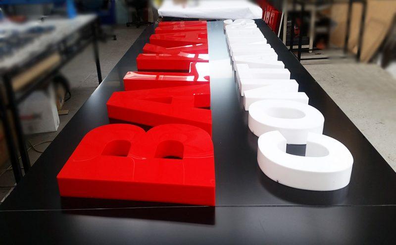 Букви от плексиглас
